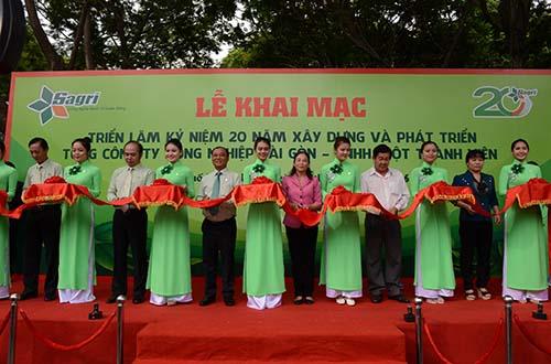 Ông Lê Tấn Hùng, Tổng Giám đốc SAGRI (thứ 5 từ trái sang), cắt băng lễ khai mạc triển lãm kỷ niệm 20 năm thành lập SAGRI