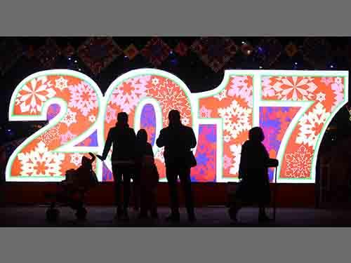 Người dân rảo bước trước bảng trang trí đón chào năm 2017 ở Quảng trường Oktyabrskaya, Belarus hôm 21-12 -2016Ảnh: REUTERS