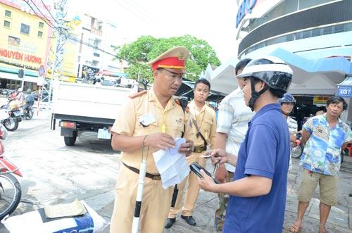 CSGT Đà Nẵng cử người chốt chặn tại các điểm thường xuyên có xe vi phạm, kẹt xe thông qua phản ánh của người dân từ Facebook