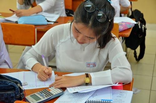 Học sinh tại TP HCM đang làm quen với hình thức thi trắc nghiệm Ảnh: Tấn Thạnh