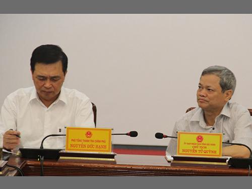 Ông Nguyễn Tử Quỳnh (phải) lắng nghe Thanh tra Chính phủ công bố quyết định thanh tra trách nhiệm Chủ tịch UBND tỉnh Bắc Ninh hồi tháng 6-2016Ảnh: TRẦN HẢI