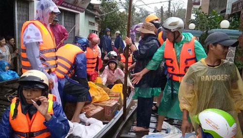 Đoàn cứu trợ của Hội Chữ thập đỏ tỉnh Bình Định trao quà cho người dân vùng lũ xã Mỹ Châu, huyện Phù Mỹ. Ảnh: Quỳnh Châu