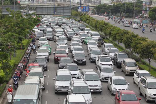 Ô tô lưu thông trên đường chỉ nên mang biển số có cùng một màu Ảnh: Hoàng Triều