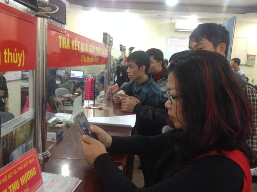 Lo hết hạn, nhiều người dân Hà Nội đi đăng ký đổi giấy phép lái xe trong ngày 30-11 Ảnh: Nguyễn Hưởng