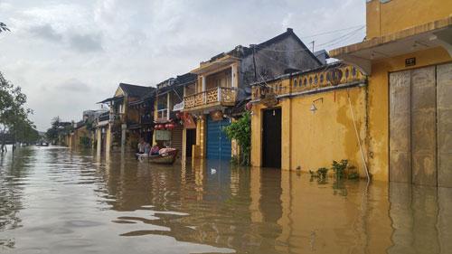Nhiều khu vực ở TP Hội An, tỉnh Quảng Nam vẫn còn ngập nước trong ngày 4-12 ẢNH: TRẦN THƯỜNG