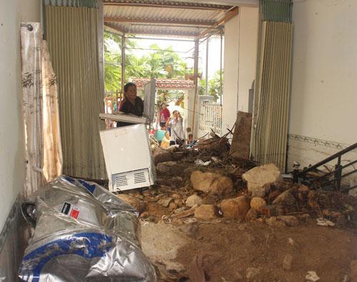 Đất, đá bị nước từ mương thoát lũ Đường Đệ đẩy vào nhà dân