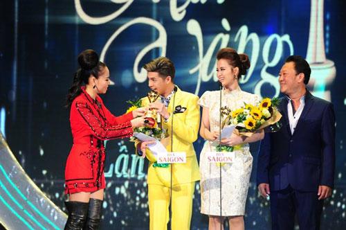 Ca sĩ Đông Nhi và Noo Phước Thịnh nhận giải Nam, nữ ca sĩ nhạc nhẹ được yêu thích nhất tại lễ trao giải Mai Vàng lần thứ 21- 2015.