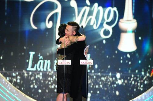 - Nghệ sĩ Trấn Thành sung sướng nhận giải Người dẫn chương trình được yêu thích nhất tại lễ trao giải Mai Vàng lần thứ 21- 2015.