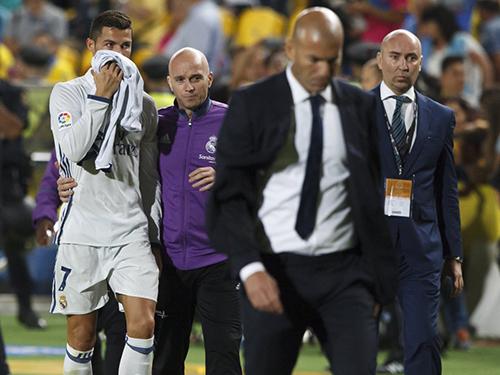 Ronaldo (trái) bực bội khi bị HLV Zidane thay ra ở trận hòa Las Palmas cuối tuần qua dù không bị chấn thương Ảnh: As