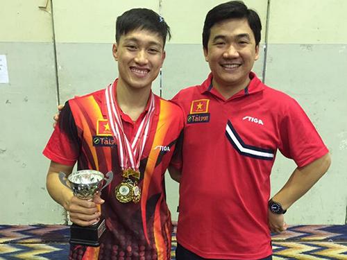 Anh Tú với cúp vô địch đơn nam và HLV Nguyễn Nam Hải. (Ảnh do nhân vật cung cấp)