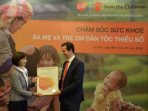 Ông James Strenner - Trưởng VPĐD GSK Pte Ltd tại Việt Nam trao hỗ trợ 356.000 USD cho bà Dragana Strinic - Giám đốc quốc gia tổ chức Save the Children.