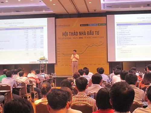 Ông Nguyễn Đức Tài, Chủ tịch HĐQT Công ty CP Đầu tư Thế Giới Di Động, trả lời câu hỏi của các nhà đầu tư tại hội thảo