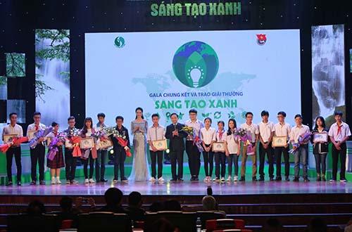 Đại diện Công ty FrieslandCampina Việt Nam (giữa) trao thưởng cho các nhóm tác giả đoạt giải