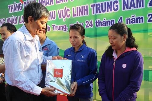 Ông Nguyễn Văn Khải, Phó Chủ tịch Thường trực LĐLĐ TP HCM, tặng quà cho nữ công nhân khó khăn tại các KCX-KCN TP