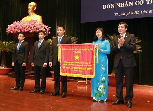 Ông Bùi Văn Cường (bìa phải), Ủy viên Trung ương Đảng, Chủ tịch Tổng LĐLĐ Việt Nam, trao cờ thi đua của Chính phủ cho đại diện Quỹ CEP