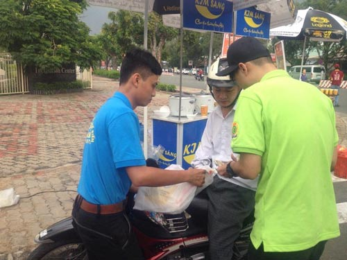 Siêu thị bán gạo lưu động cho công nhân của Công ty TNHH Sản xuất Chế biến nông sản Kim Sáng