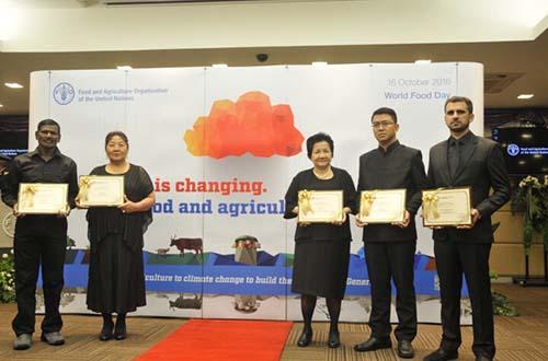 """Bà Ba Huân (thứ ba từ phải sang) nhận giải thưởng """"Nông dân điển hình"""" do FAO tổ chức"""