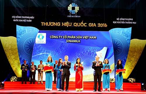Phó Thủ tướng Trương Hòa Bình (thứ 3 từ phải qua) trao biểu trưng đạt Thương hiệu Quốc gia năm 2016 cho đại diện Vinamilk