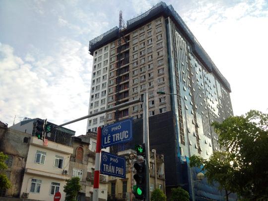 Toà nhà 8B Lê Trực, Ba Đình, Hà Nội xây vượt phép - Ảnh: Nguyễn Quyết