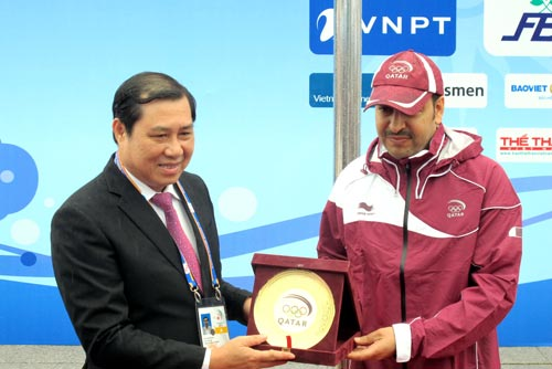 Chủ tịch UBND thành phố Đà Nẵng Huỳnh Đức Thơ nhận quà lưu niệm của đại diện đoàn Qatar