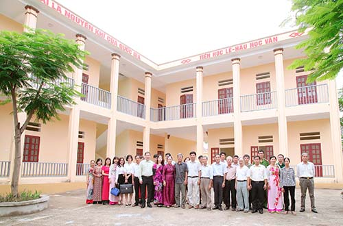 Toàn thể giáo viên Trường Tiểu học Trường Thịnh, thị xã Phú Thọ chụp ảnh lưu niệm trong ngày vui nhận phòng học mới.