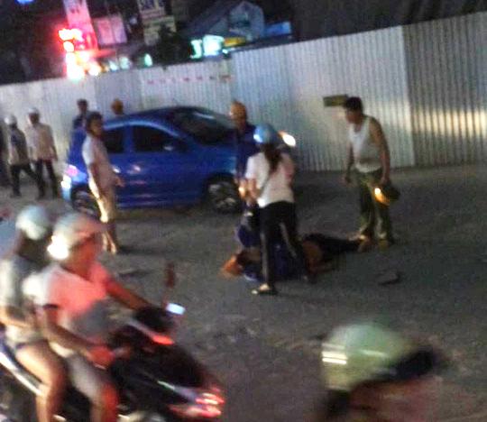 Nam công nhân thi công đường sắt Cát Linh-Hà Đông bị rơi xuống đường- Ảnh: Otofun