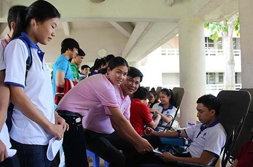 Các tình nguyện viên C.P Việt Nam thăm hỏi thanh niên hiến máu tại Trường ĐH Cần thơ