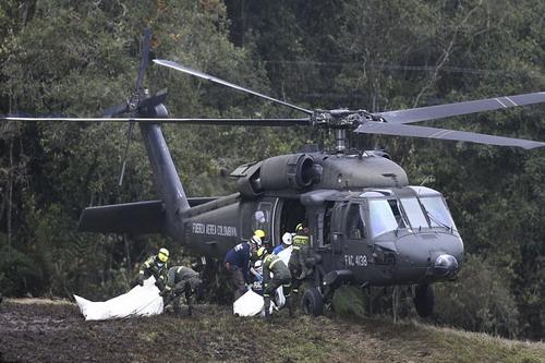 Lực lượng cứu hộ đưa các nạn nhân lên máy bay