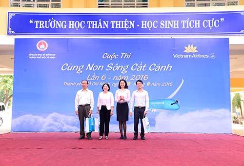 Bà Ngô Thị Thu Hiền (thứ hai từ phải sang), Phó Giám đốc Vietnam Airlines Chi nhánh miền Nam, traoquà lưu niệm cho đại diện Ban tổ chức cuộc thi Cùng non sông cất cánh 2016