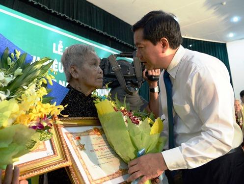 Ủy viên Bộ Chính trị, Bí thư Thành ủy TP HCM Đinh La Thăng trao tặng danh hiệu Bà Mẹ Việt Nam Anh hùng cho gia đình các Mẹ. Ảnh: Bảo Nghi