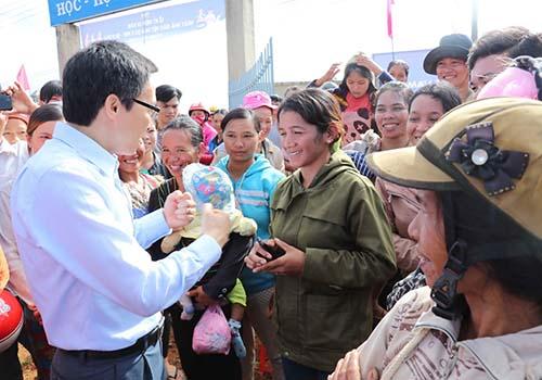 Phó Thủ tướng Vũ Đức Đam gặp gỡ và chia sẻ khó khăn với phụ huynh học sinh trường dân tộc nghèo khó khăn nhất của tỉnh Đắk Nông