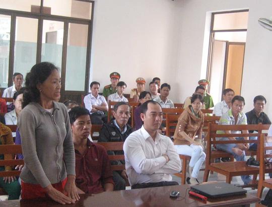 Bà Tuyết (đứng, ngoài cùng bên trái) đã theo đuổi vụ kiện này ròng rã 5 năm. Ảnh: CÔNG TUẤN