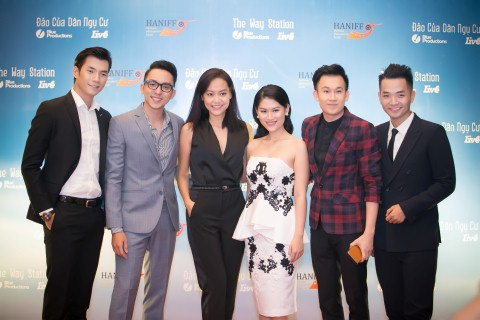 Hồng Ánh (tứ ba từ trái qua) lần đầu thử sức với vai trò đạo diễn của Đảo của dân ngụ cư