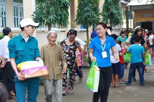 Người dân có hoàn cảnh khó khăn tại huyện Hồng Ngự, tỉnh Đồng Tháp nhận quà