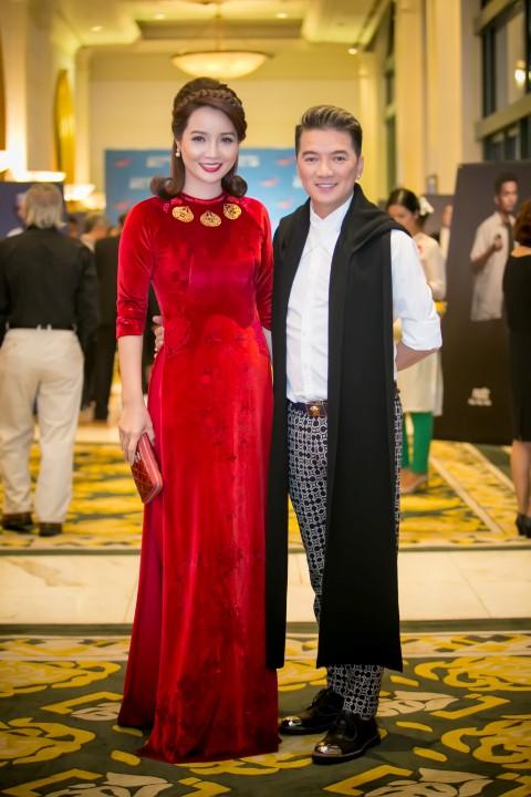 Diễn viên Mai Thu Huyền và ca sĩ Đàm Vĩnh Hưng chia vui với đoàn làm phim