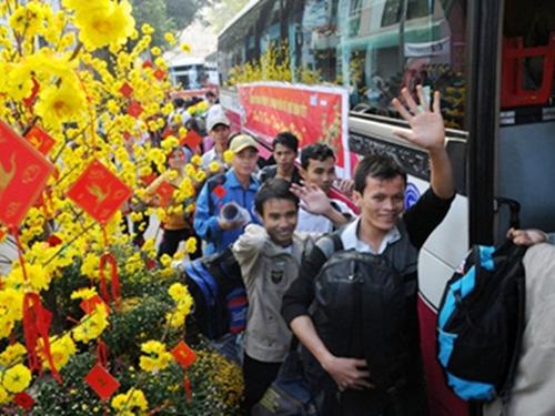 Người lao động lên xe rời TP HCM về quê ăn Tết