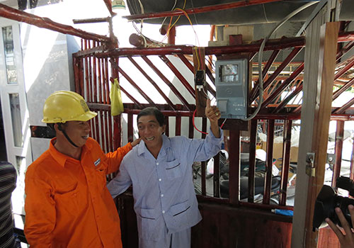 Niềm vui của gia đình ông Bùi Quốc Ca, ở ấp Bãi Bắc, xã Lại Sơn khi có điện lưới quốc gia