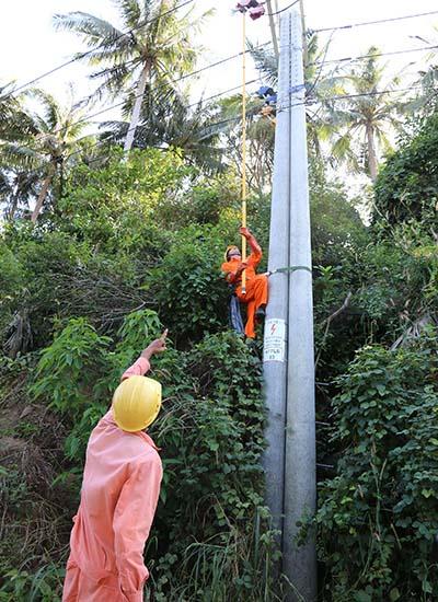 Công nhân Điện lực Kiên Giang đóng điện, đưa điện lưới quốc gia từ đất liền ra đảo Lại Sơn
