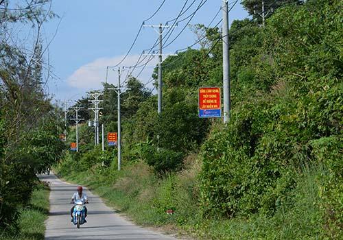 Công trình đưa điện ra đảo Lại Sơn (tỉnh Kiên Giang) đã được EVN SPC đầu tư và hoàn thành vào tháng 11-2016 và phục vụ hơn 8.000 người dân sống trên đảo