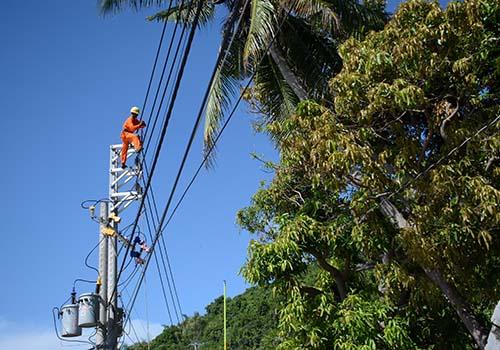 Công nhân Điện lực Kiên Giang thi công lắp đặt đường dây trên đảo Lại Sơn