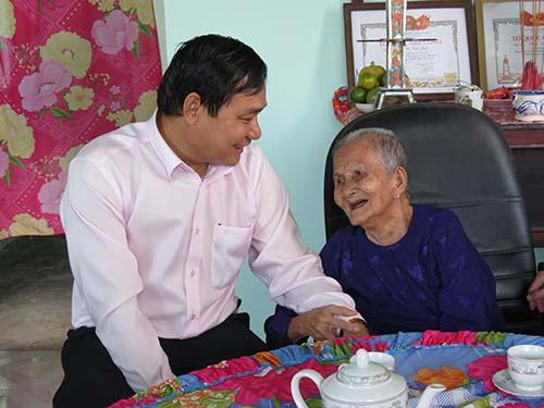 Ông Nguyễn Văn Hợp, Chủ tịch kiêm Tổng Giám đốc Tổng Công ty Điện lực miền Nam, thăm hỏi gia đình chính sách tại huyện Tân Trụ, tỉnh Long An
