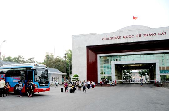 Đón khách quốc tế tại cửa khẩu Móng Cái, tỉnh Quảng Ninh - ảnh: TRỌNG ĐỨC