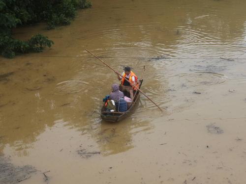 Nhiều kh vực ở huyện Hương Khê cô lập trong mưa lũ, phương tiện di chuyển di nhất là thuyền