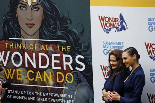 Hai nữ diễn viên Lynda Carter và Gal Gadot dự lễ tôn vinh nhân vật Wonder Woman Ảnh: REUTERS