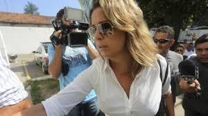 Bà Francoise Ameridis, vợ của Đại sứ Ameridis đến đồn cảnh sát. Ảnh: EPA