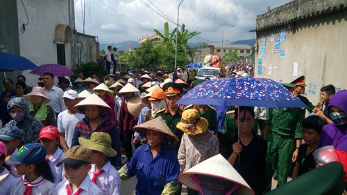 Tất đông người dân địa phương tới tiễn đưa 4 nạn nhân của vụ thảm sát chấn động
