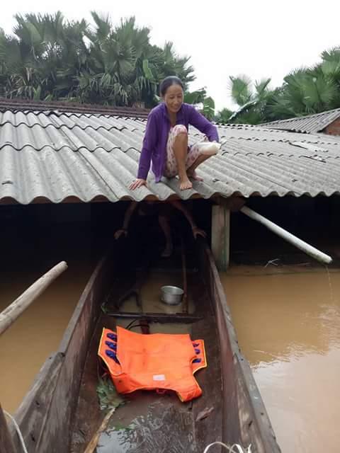 Nước rút nhưng vẫn còn cao, người dân phải tiếp tục ở trên nóc nhà