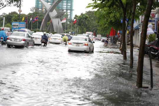 Hễ mưa to là tuyến đường vào sân bay Tân Sơn Nhất lại ngập nướcẢnh: Lê Phong