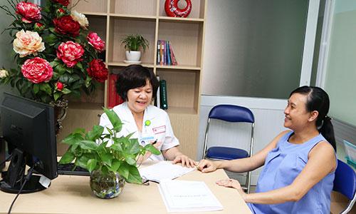 Bác sĩ đang khám cho thai phụ tại Bệnh viện Hùng Vương