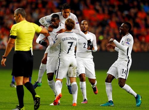 Niềm vui của tuyển Pháp sau chiến thắng quan trọng ở Amsterdam